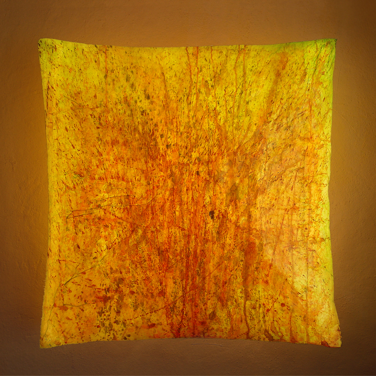 kissen-gelb-dunkler-hintergrund-kopie